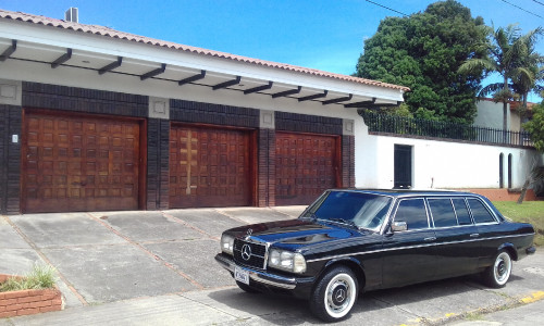 COSTA RICA MANISON WITH 3 CAR GARAGE. MERCEDES 300D LIMOUSINE SERVICE.